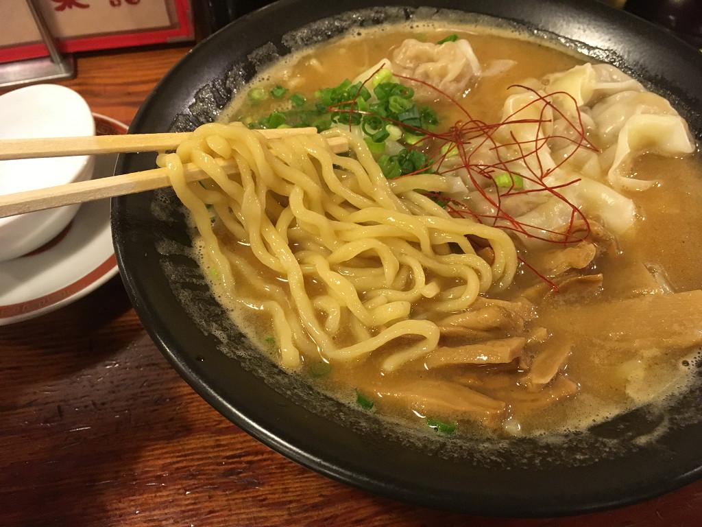 濃厚な煮干しスープと太麺
