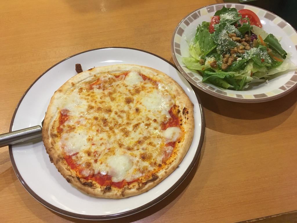 マルゲリータピザとシェフサラダ