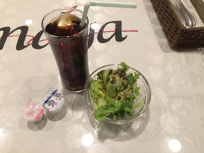 サラダとアイスコーヒー