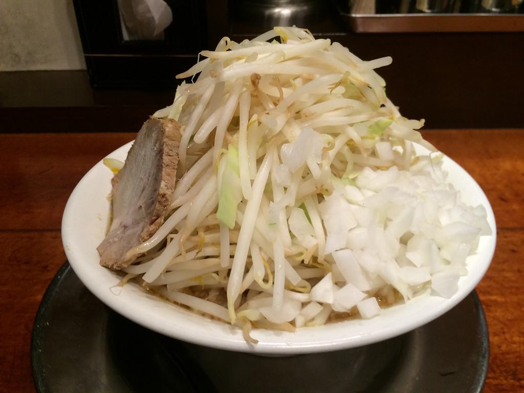 小しょう油とんこつラーメン(野菜とたまねぎトッピング)