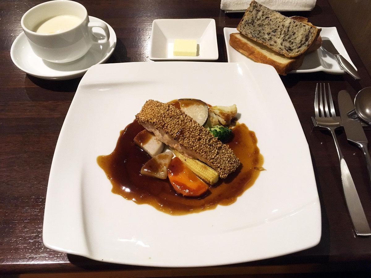 北海道産秋鮭の白ゴマ付け焼き