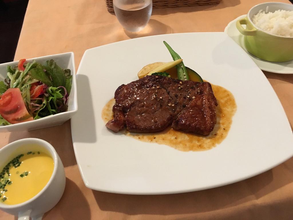 オーストラリア産牛肉のステーキ ポムフリット添え