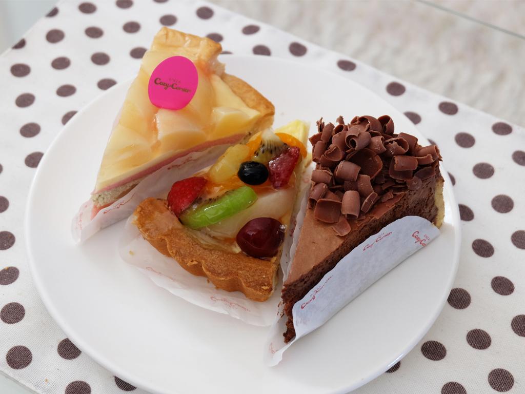 7種のフルーツタルト、ガトーショコラ、白桃と紅茶のパイ