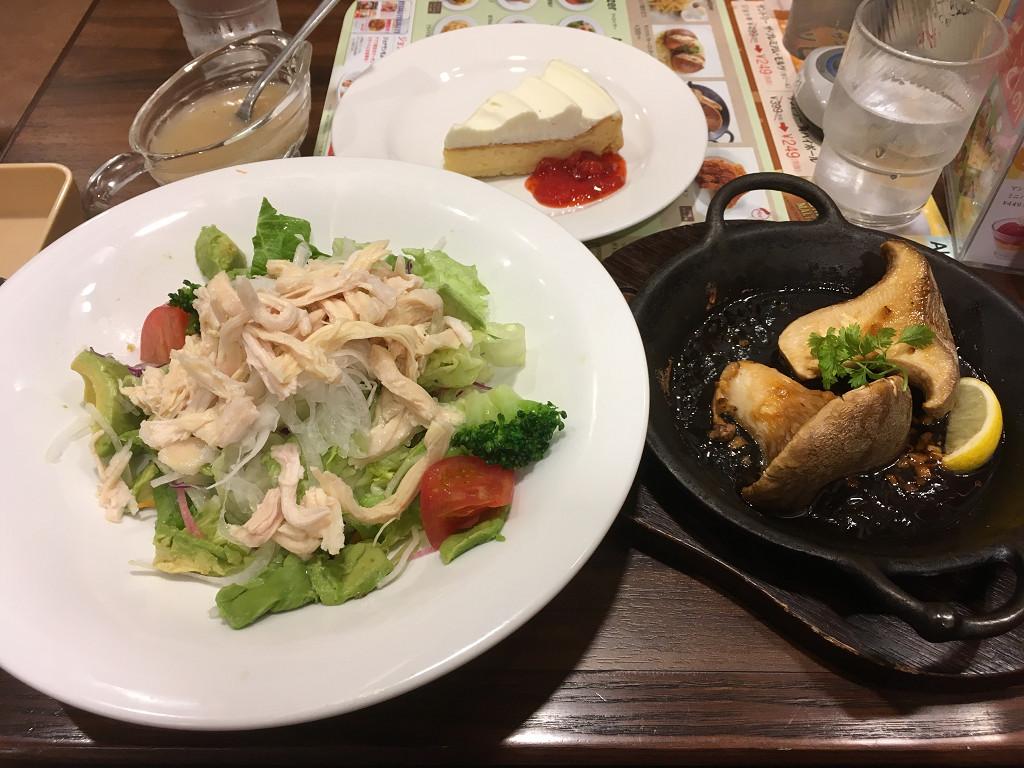 秋田産 白神あわび茸のグリル、アボカドとスチームチキンのサラダ、ダブルチーズケーキ