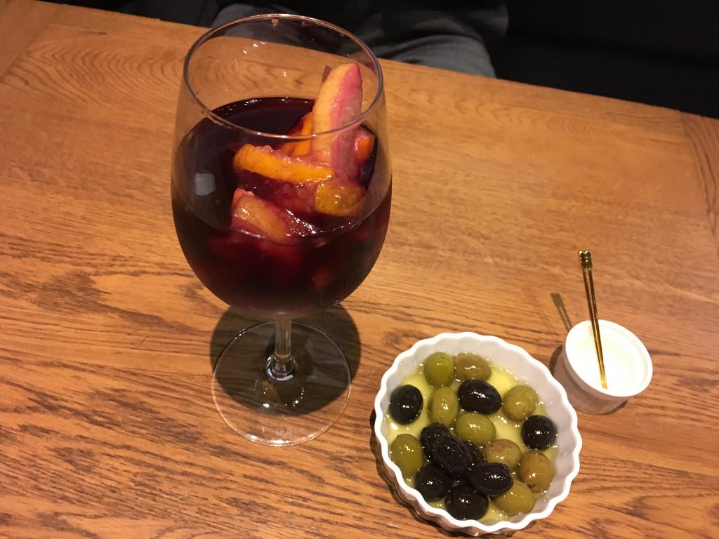 特製サングリアと完熟オリーブマリネ