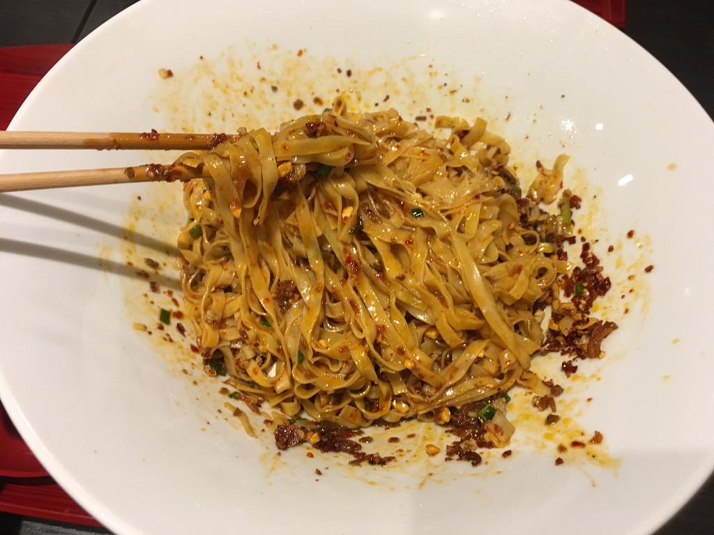 香辛料と麺をよく混ぜ合わせた状態