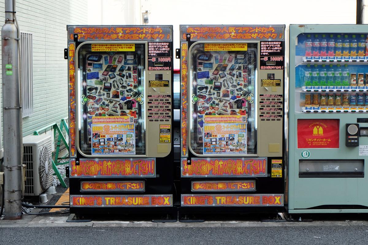 1000円自販機「王様の宝箱」2台