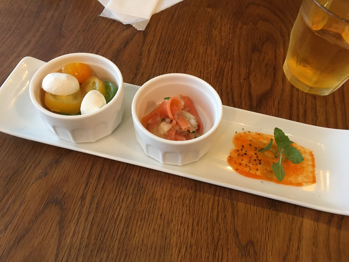 前菜(トマトとモッツァレラチーズのカプレーゼ、スモークサーモンのマリネ)