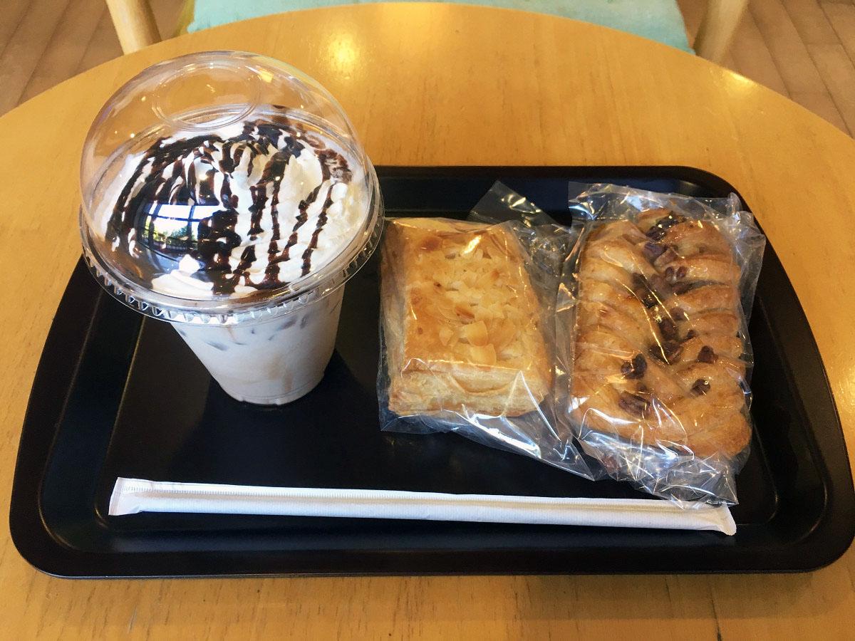 チョコレートミルク、パン2種