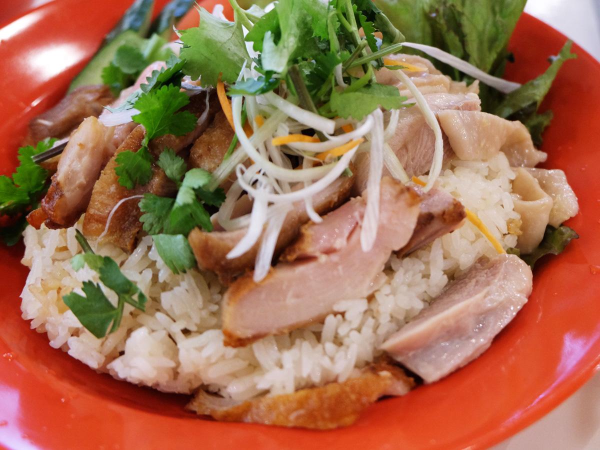 ブラウン&ホワイトのミックス肉(シンガポールチキンライス)