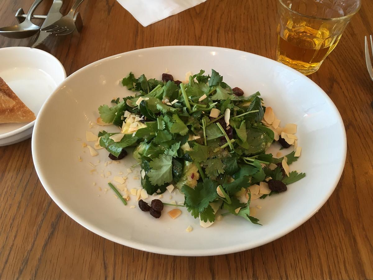 旬野菜とナッツ・ドライフルーツのパクチーサラダ