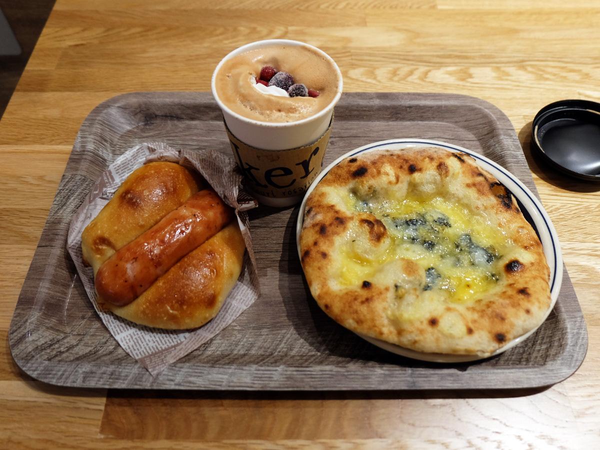 ジャーマンソーセージ、クランベリーラテ ホット S、蜂蜜ゴルゴンゾーラピザ