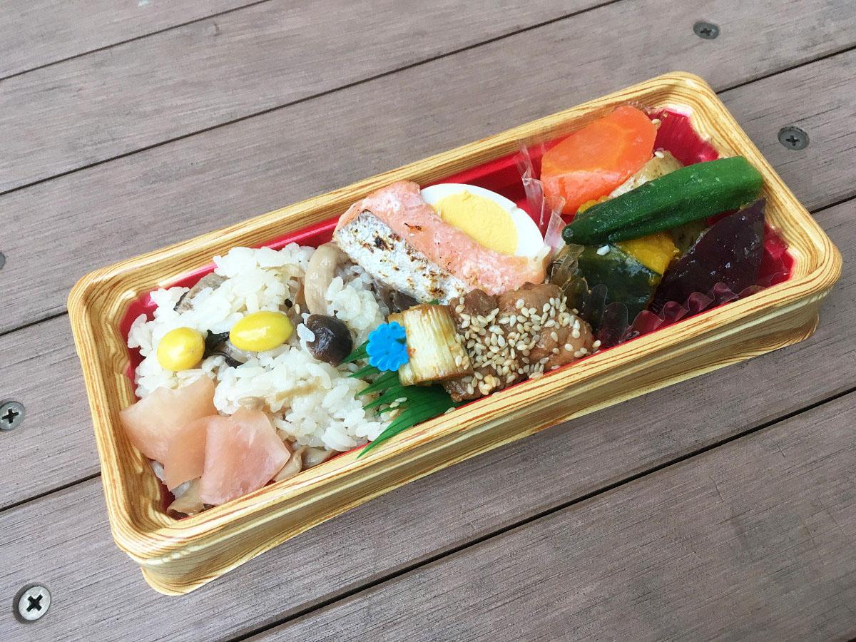 焼き鳥と銀鮭の6種きのこご飯弁当