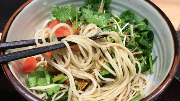 パクチー蕎麦の具材と麺